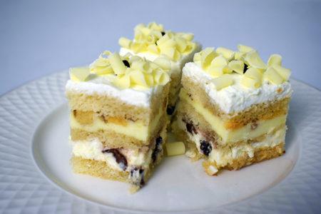 miniprajituri-tort-ciocolata-alba-cu-nuci-verzi-1-site