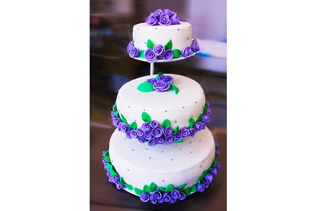 Tort Nunta Cu Trandafiri Mov Palmiye